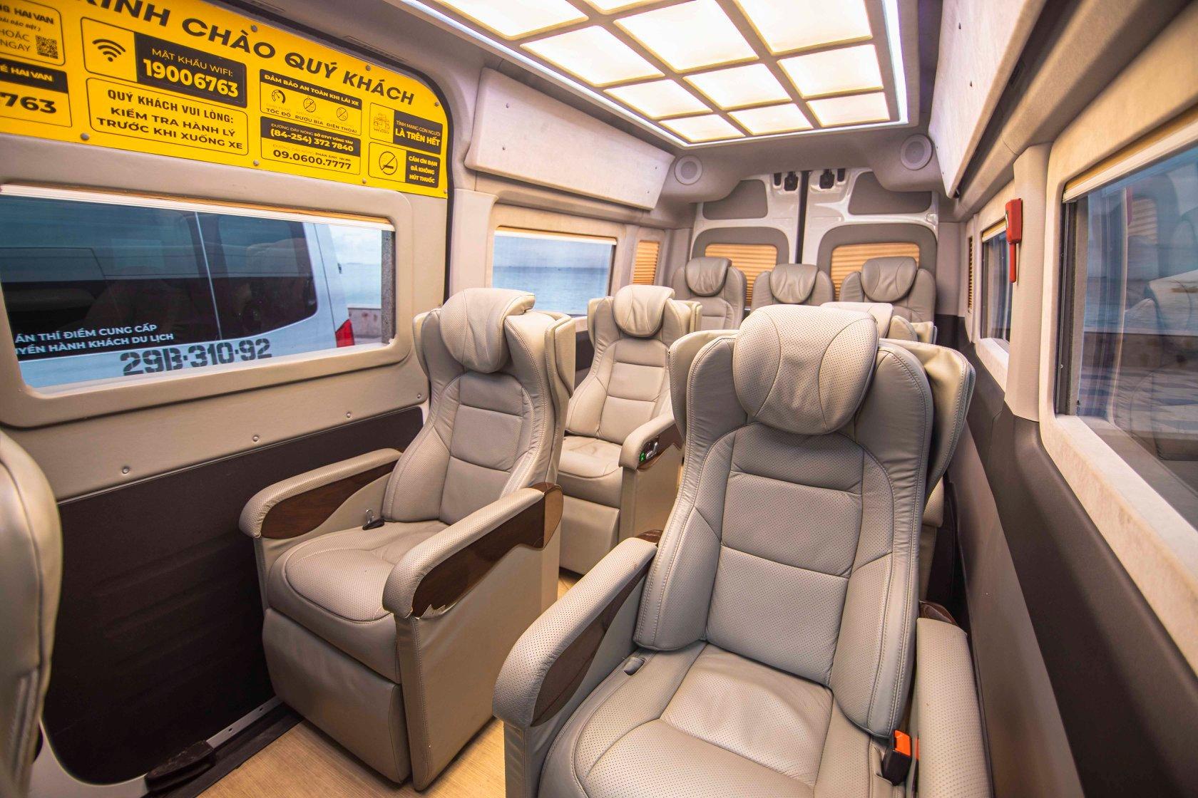 Một điểm khác biệt hoàn toàn so với các dòng xe từng xuất hiện trên thị trường chính là những chiếc ghế của dòng xe Hải Vân Royal, được lấy cảm hứng từ ghế bố tại bãi biển.